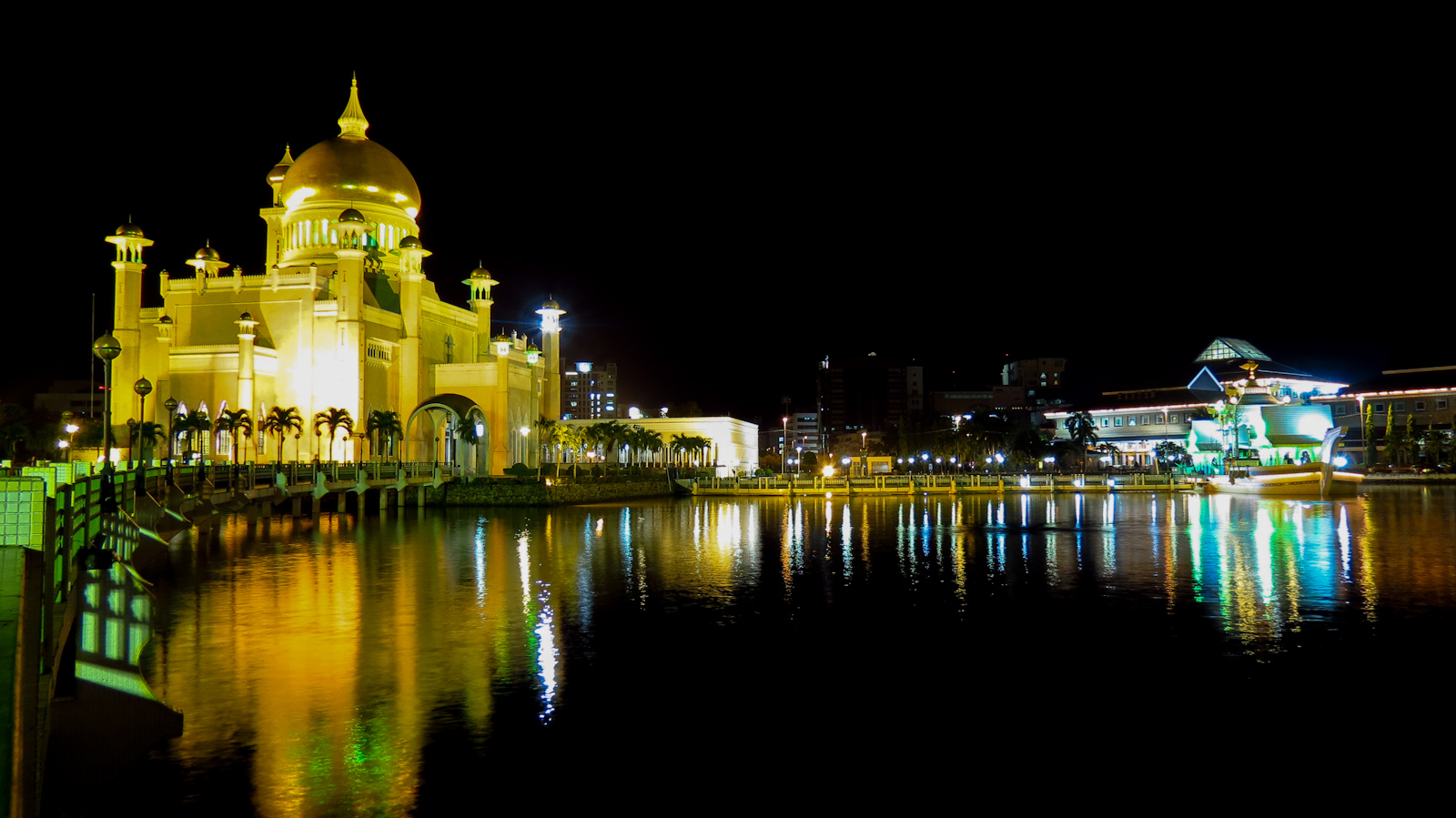 omar-ali-saifuddien-mosque-and-lake-night-reflection