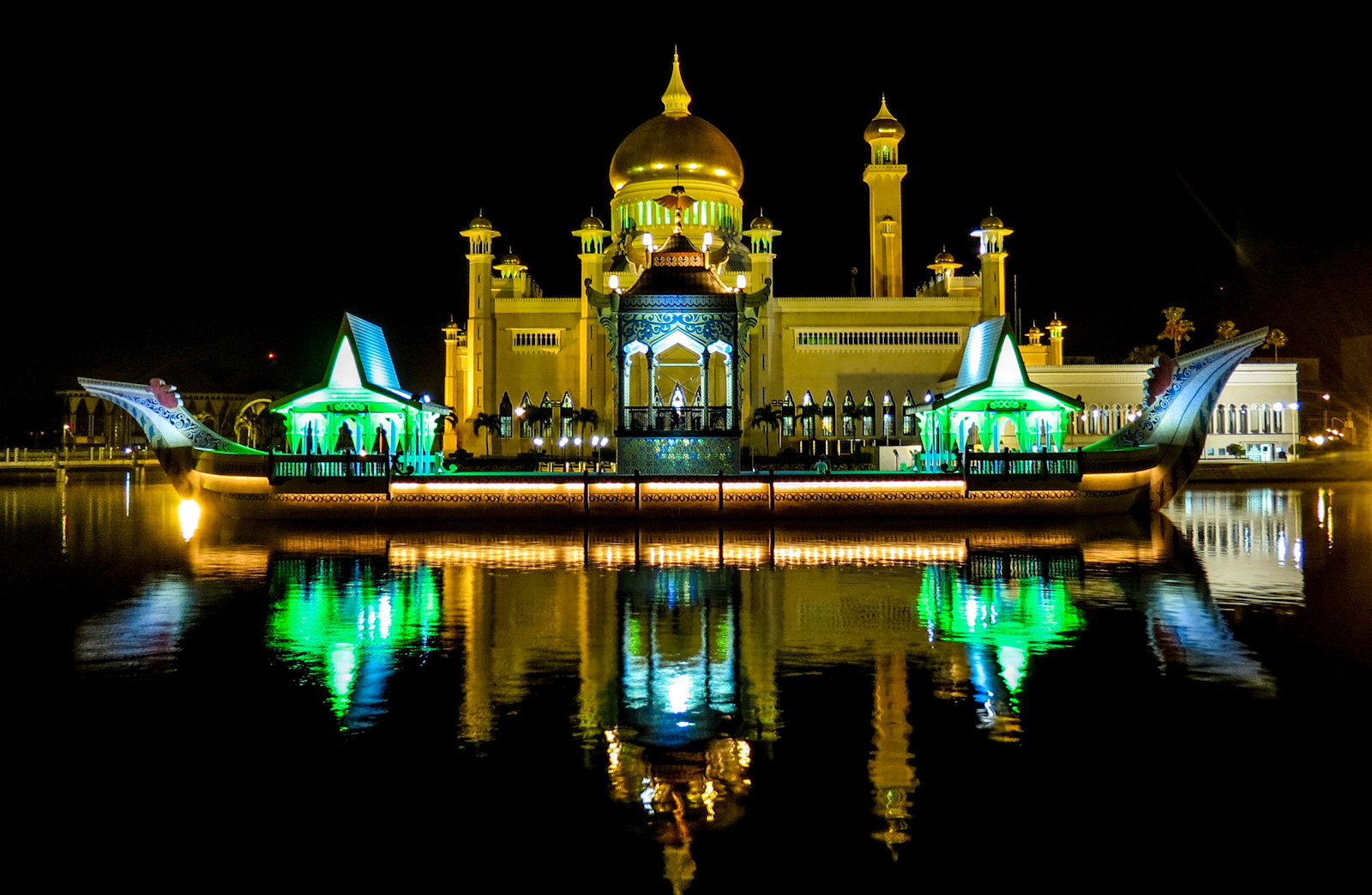 omar-ali-saifuddien-mosque-barge-night