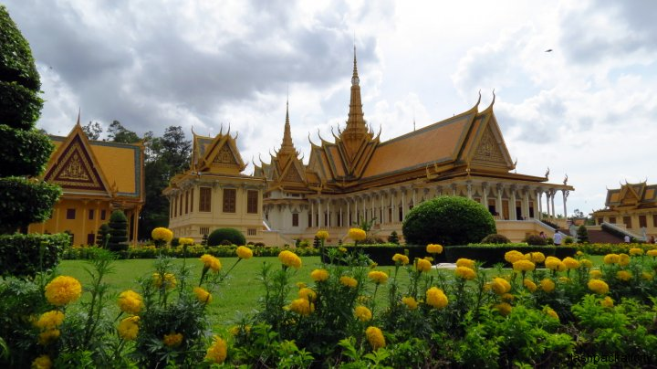 royal-palace-buildings-phnom-penh