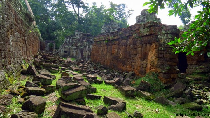 temple-wall-and-fallen-stones-angkor