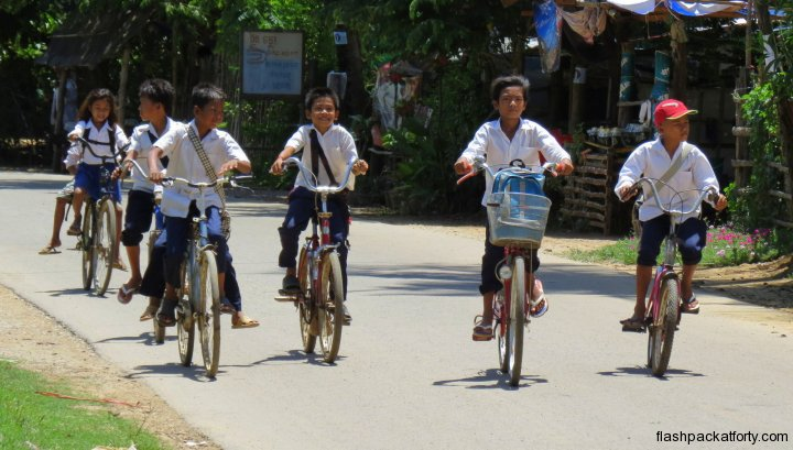 schoolchildren-cycling-battambang