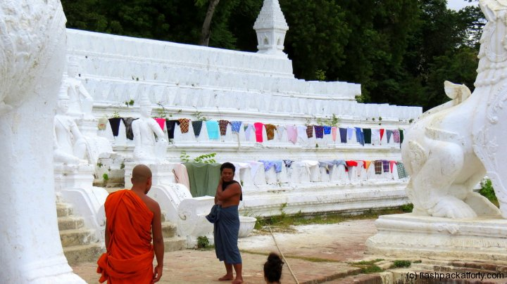 settawya-paya-mingun-washing-monk