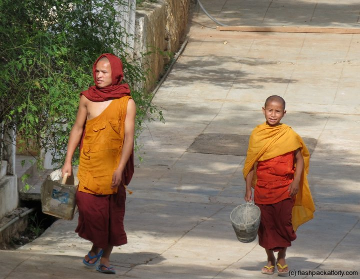 maing-thauk-monastery-monk-builders