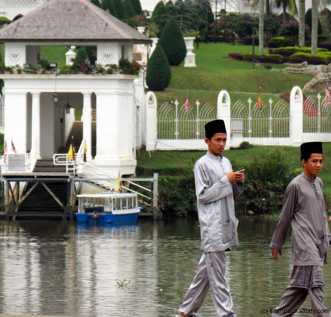 malay-traditional-dress-kuching-riverbank