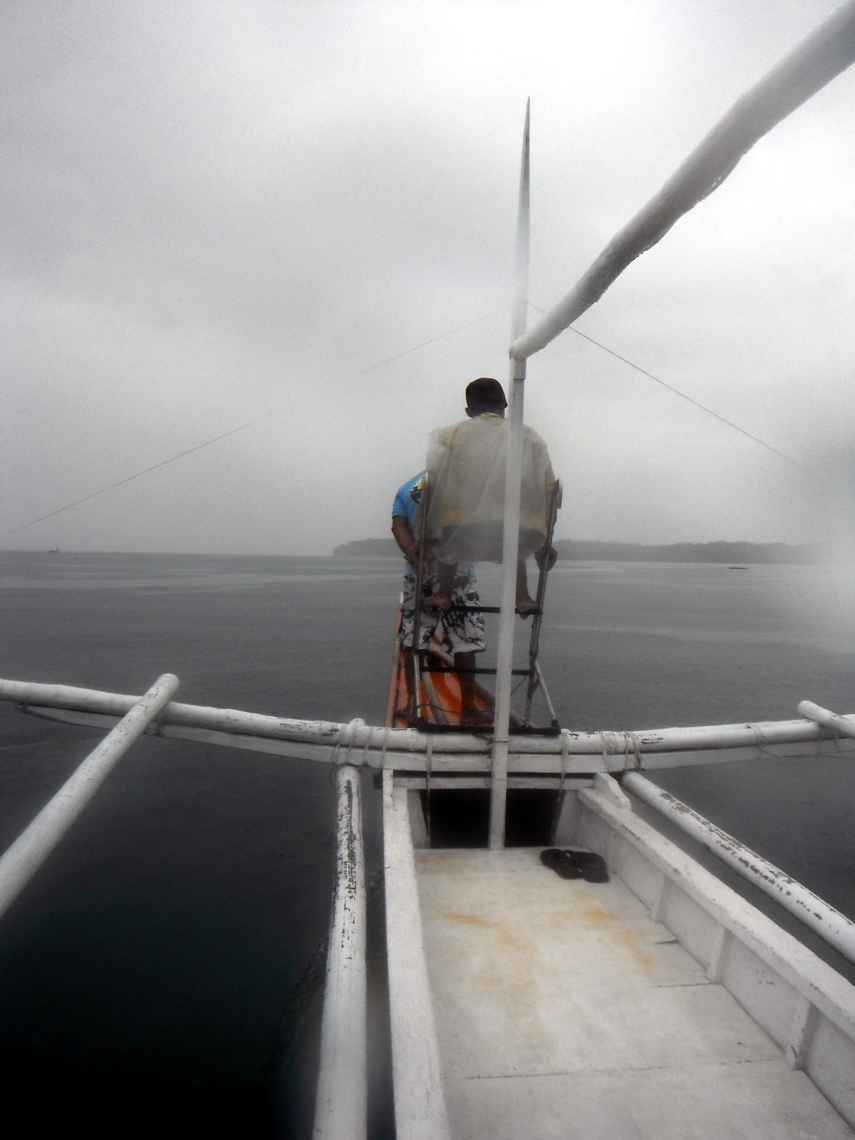 donsol-whale-shark-spotter-in-the-rain