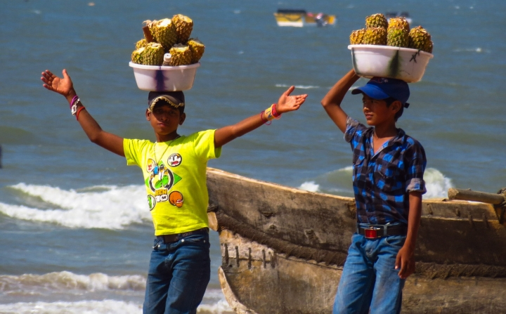 pineapple-seller-kids-goa-beach