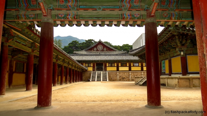 bulguksa-temple-view-through-door
