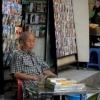 hanoi-trader-watching-the-world-go-by