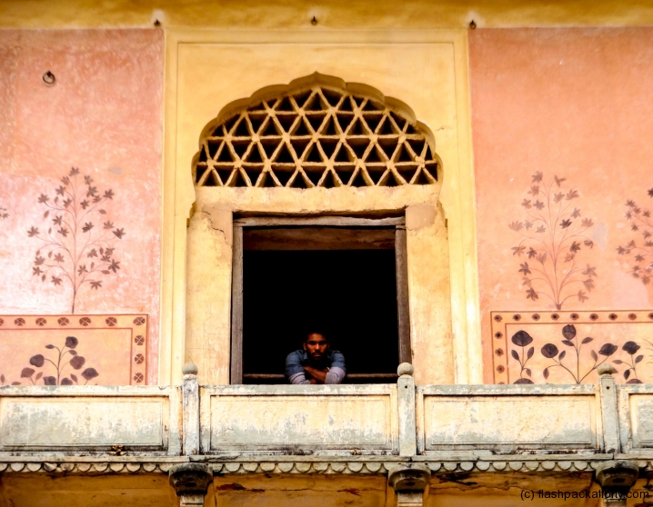 amber-fort-man-peers-through-window-jaipur