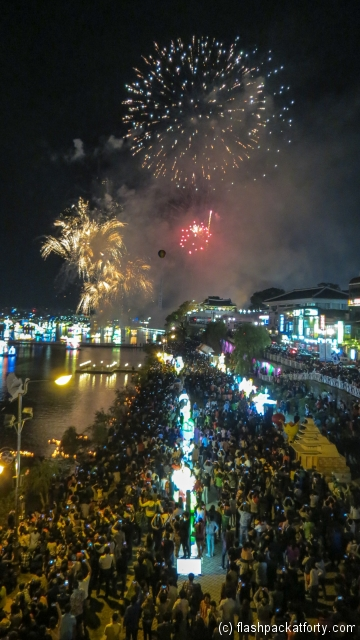 jinju-lantern-festival-fireworks-with-crowd