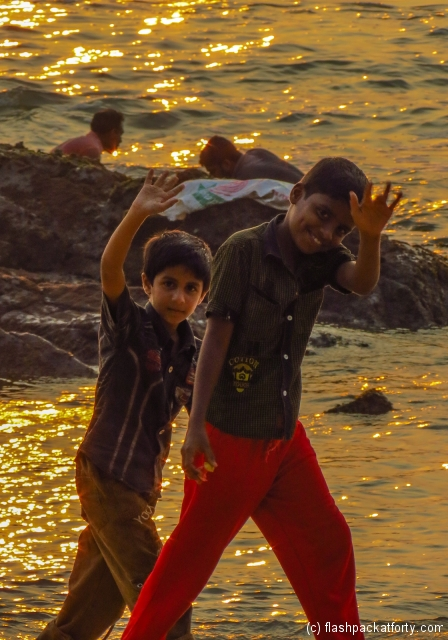 indian-kids-waving-at-kannur-beach