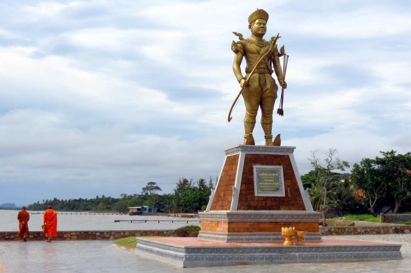 kep-statue-and-monks