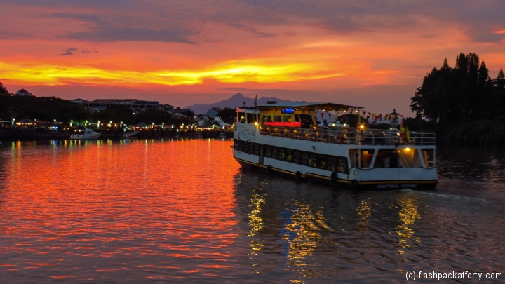 tour-boat-and-sunset-kuching-river
