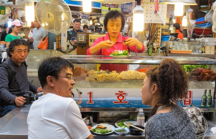 seating-and-eating-seould-market-food