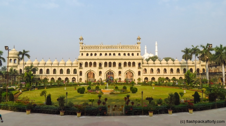 bara-imambara-circle-and-building-india-lucknoq