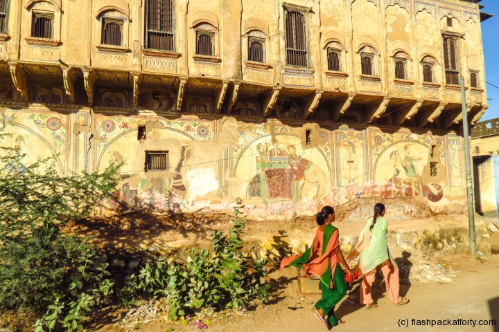 mandawa-women-and-building