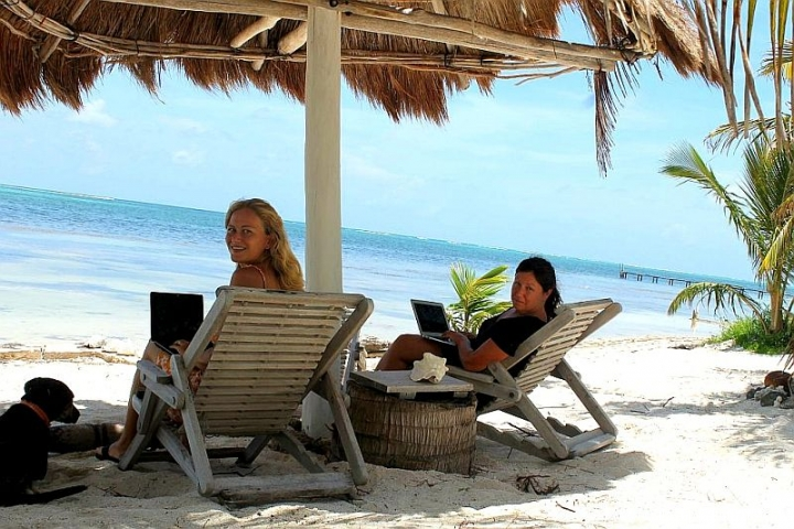 dani-and-jess-in-their-digital-nomad-office-in-mexico