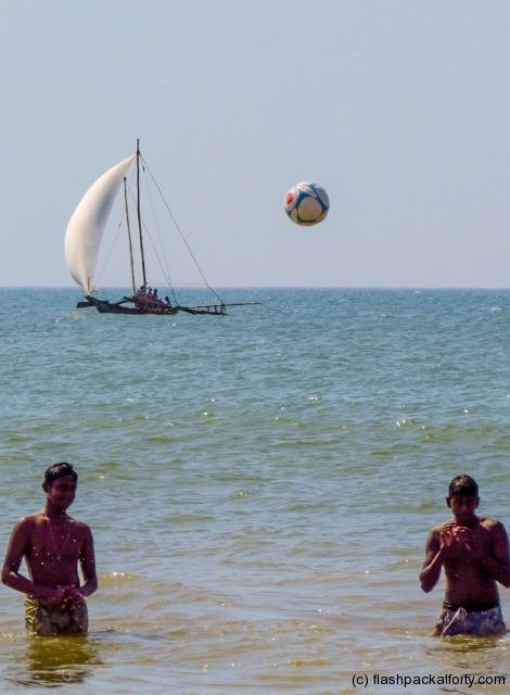 negombo-sailboat-ball-and-men