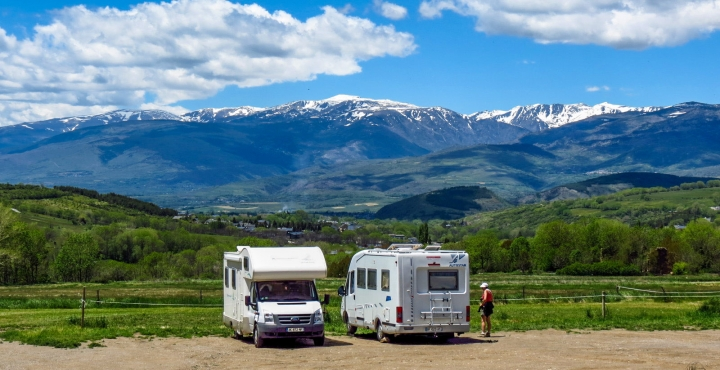 campers-at-driving-france-pyrenees