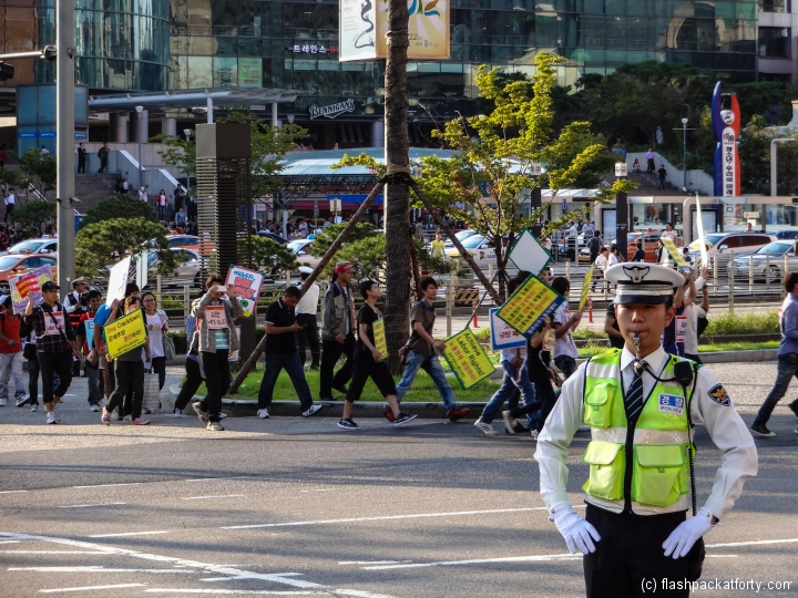 seoul-demonstration-policeman