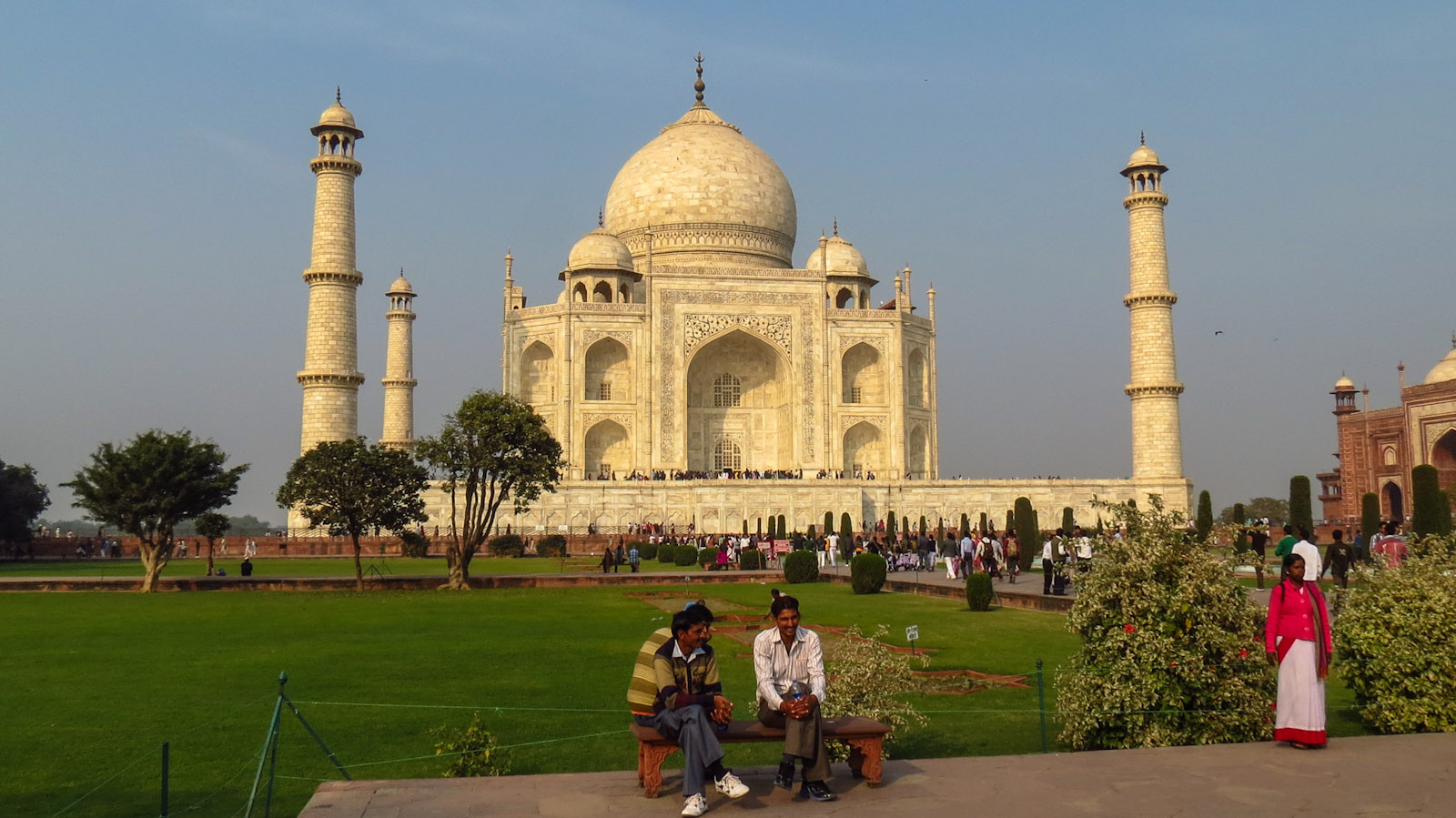 indian-tourists-and-taj-mahala-gara