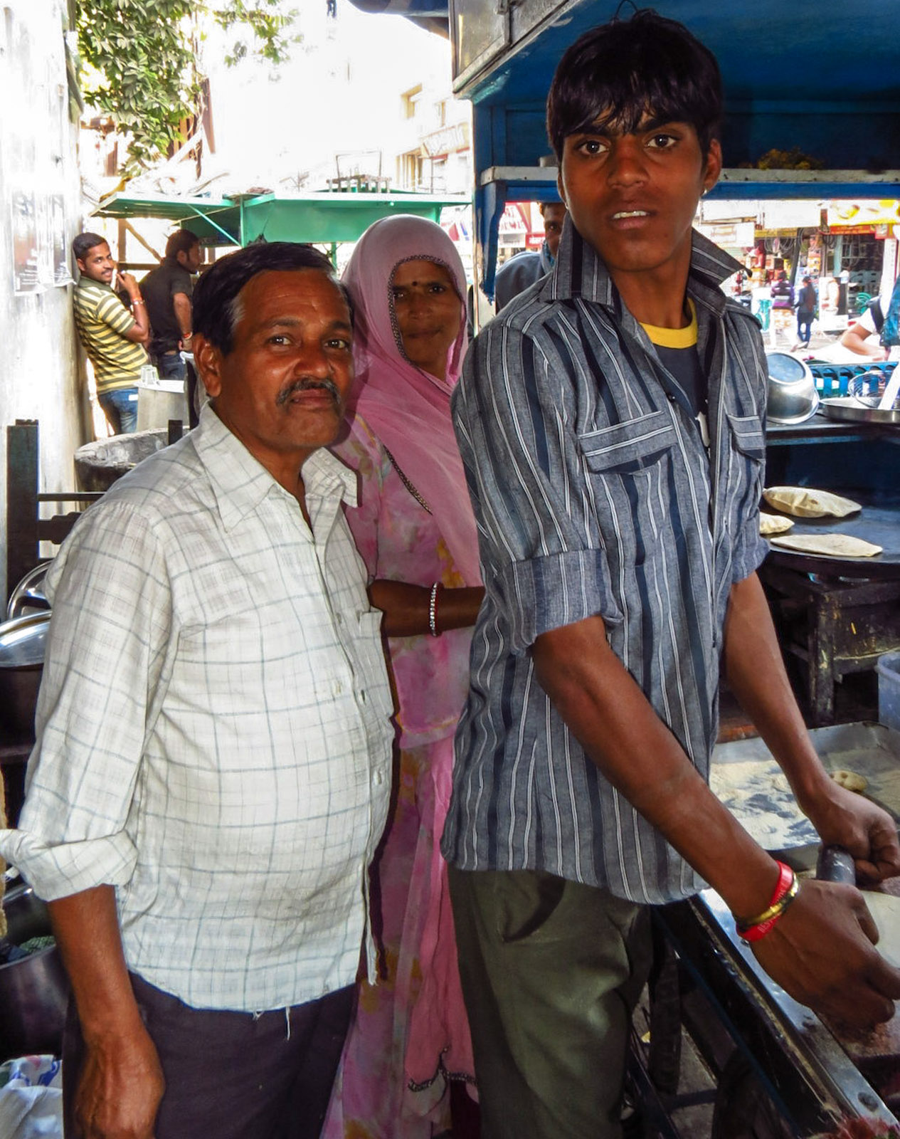 chapati-stall-family-portrait-udaipur